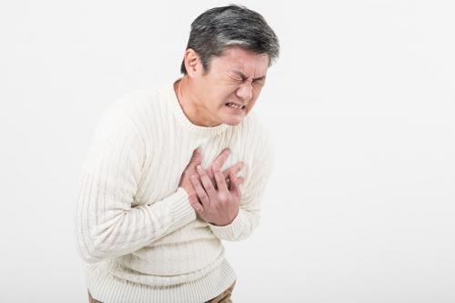 心臓発作の男性