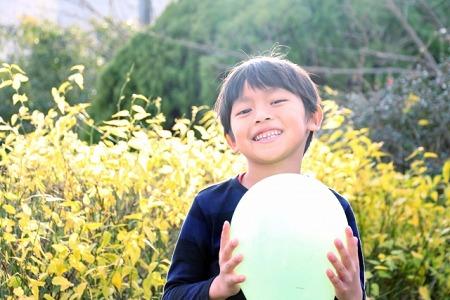 小学生の庭遊び