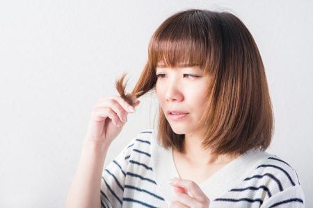 くせ毛に悩む女性