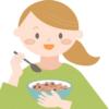 オートミールを食べる女性