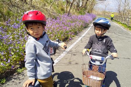 ヘルメットを被る子供